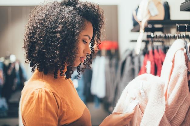 Joven negra haciendo compras en una tienda