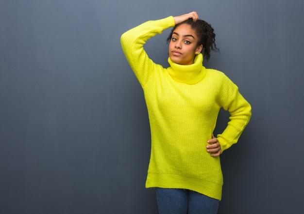 Joven negra preocupada y abrumada
