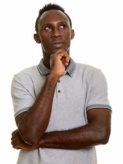 Joven negro africano pensando mientras mira hacia arriba