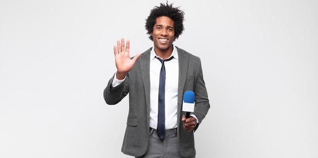 Joven negro como presentador de televisión