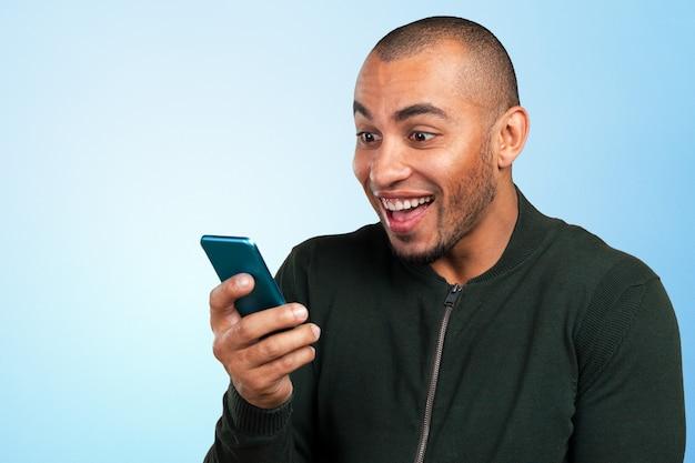 Joven y negro gritando al celular