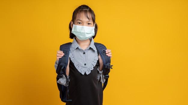 Joven, niña asiática, llevando, mascarilla