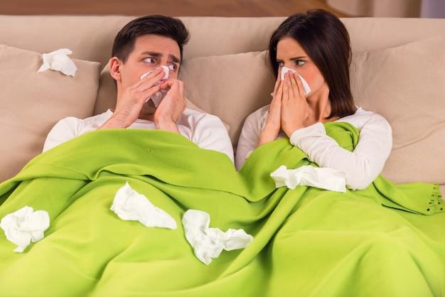 Un joven y una niña se enferman en la cama.