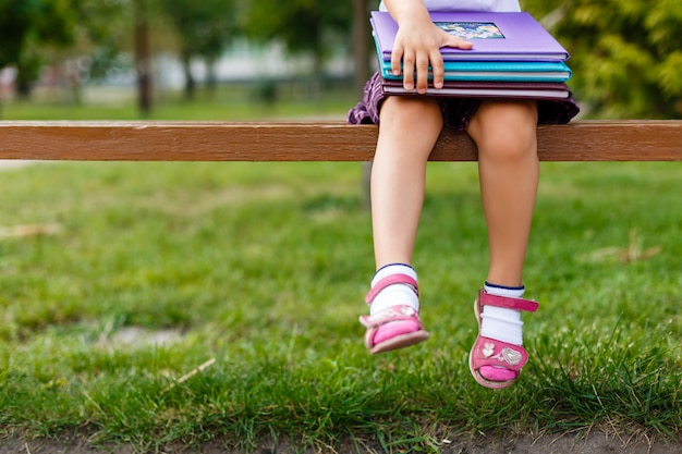 Una joven niña preparándose para caminar a la escuela