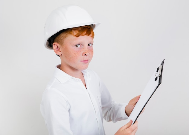 Joven niño de construcción con casco