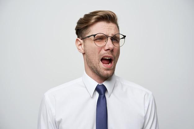 Un joven no está de acuerdo, sorprendido por la respuesta del interlocutor y está listo para discutir con él