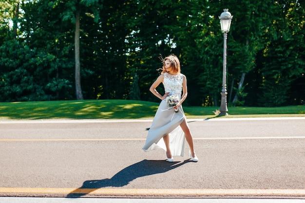La joven novia se encuentra en la carretera y busca a su novio