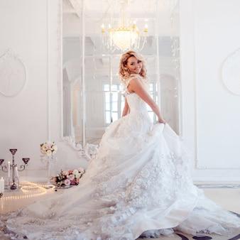 Joven novia hermosa en lujoso vestido de novia.