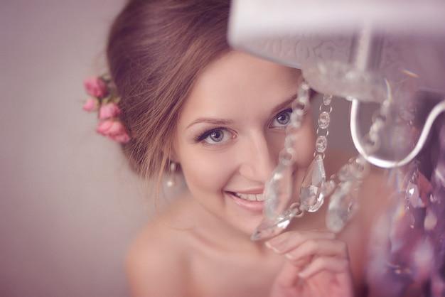 Joven novia hermosa con maquillaje para boda