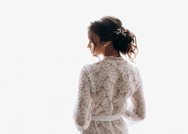 Joven novia lleva un bonito vestido de novia