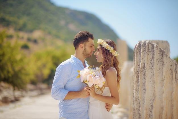 Joven novia y el novio en vestido de novia y boda causal