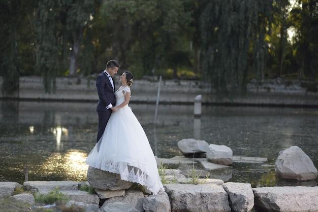 Joven novia y el novio en vestido de novia