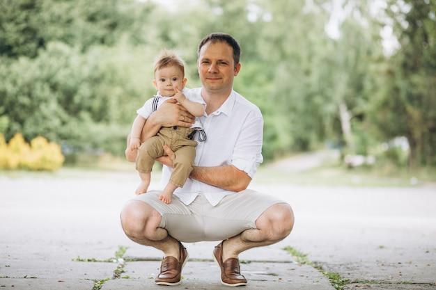 Joven padre con hijo pequeño en el parque