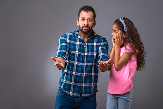 Joven papá negro con su hija