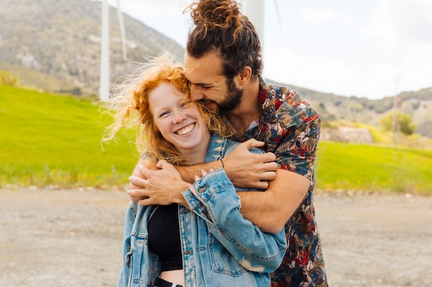 Joven pareja abrazándose en la naturaleza