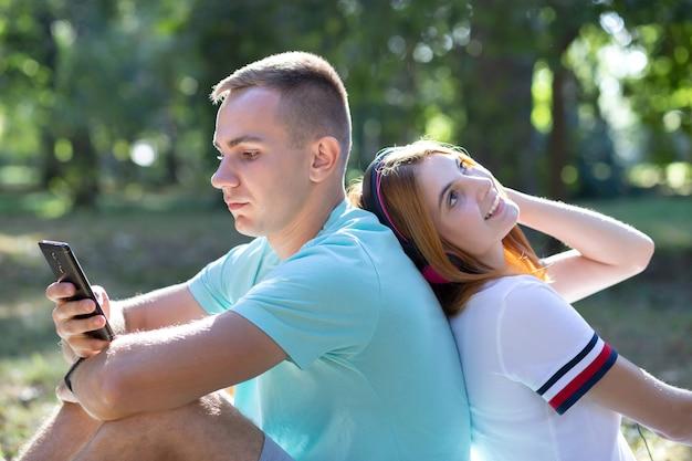 Joven pareja adolescente divirtiéndose al aire libre en el parque de verano