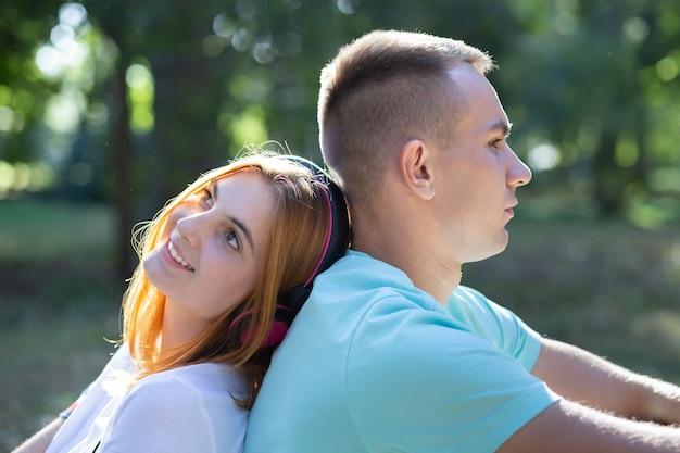 Joven pareja adolescente junto al aire libre en el parque de verano