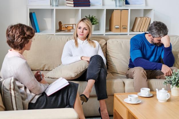 Joven pareja al borde del divorcio