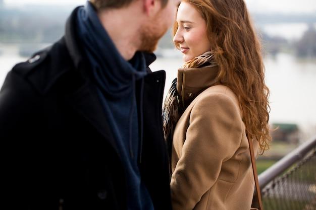 Joven pareja amorosa al aire libre