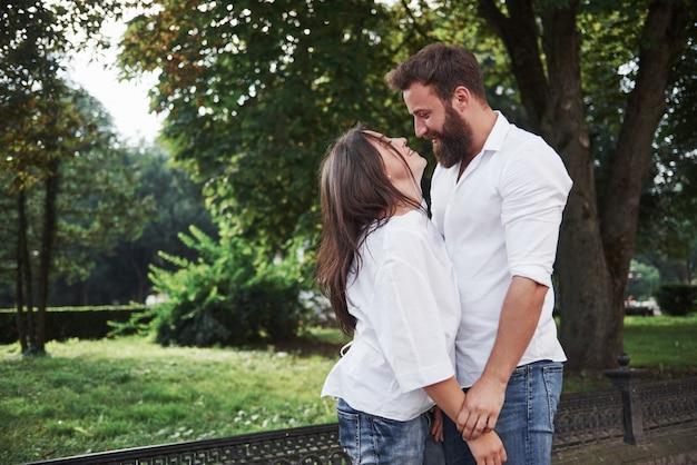 Una joven pareja amorosa divertida se divierte en un día soleado.