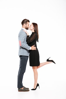 Joven pareja amorosa feliz abrazando aislado
