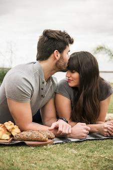 Joven pareja amorosa en el parque