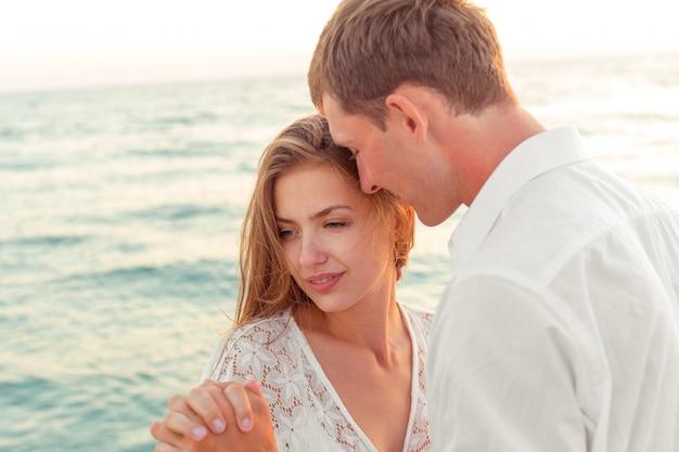 Joven pareja amorosa vacaciones