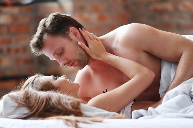 Joven pareja apasionada en la cama