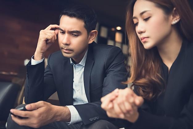 Joven pareja asiática estresarse y decepcionarse