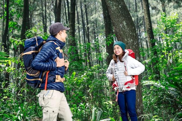 Joven pareja asiática con mochila explorando