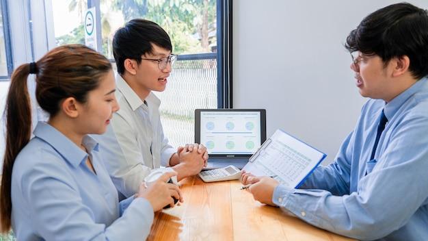 Joven pareja asiática se siente feliz y agradable después de recibir una discusión sobre consejos