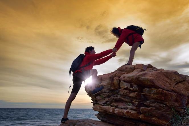 Joven pareja asiática subiendo