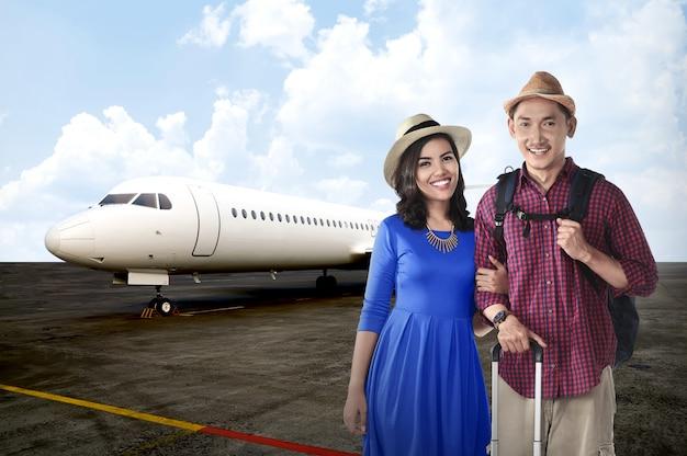 Joven pareja asiática viaja junto con avión