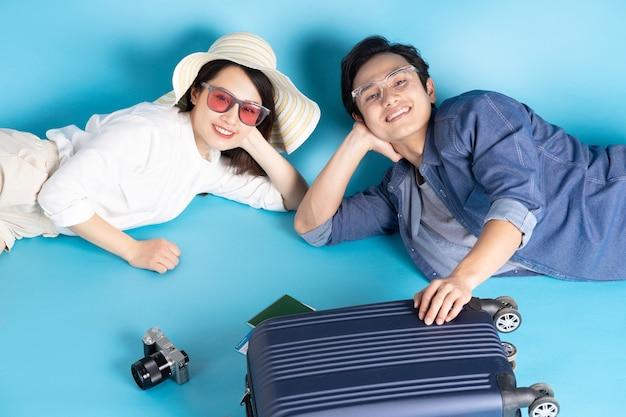 Joven pareja asiática viajando felizmente juntos