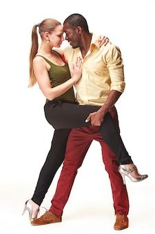 Joven pareja baila salsa caribeña