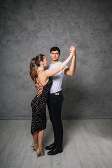 Joven pareja de baile bailando el tango