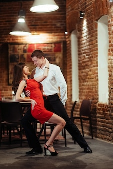 Joven pareja de baile sobre un fondo blanco. salsa apasionada dan