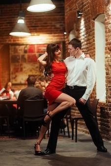 Joven pareja de baile sobre un fondo blanco. salsa apasionada.
