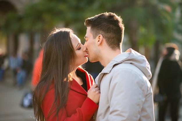 Joven pareja besándose al aire libre