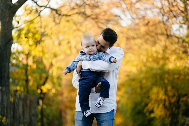Una joven pareja camina en el bosque con un niño pequeño