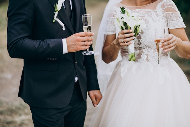 Joven pareja casada bebiendo champaña juntos