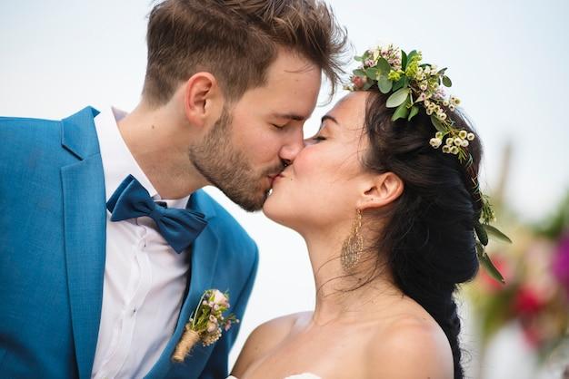 Joven pareja en una ceremonia de boda en la playa