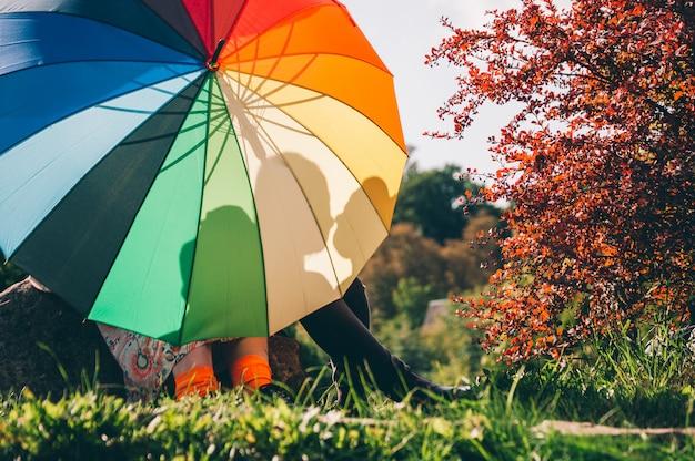 Joven pareja de chicas. chicas enamoradas de lgbt umbrella.