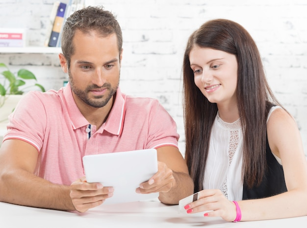 Una joven pareja va de compras por internet