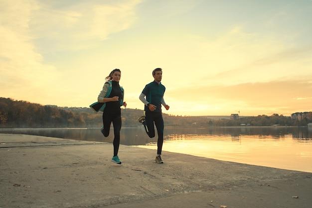Joven pareja deportiva corriendo
