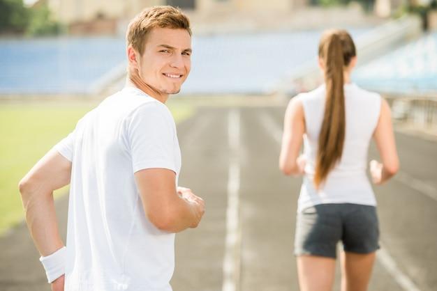 Joven pareja deportiva trotar juntos.