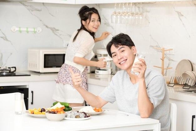 Joven pareja desayuna en casa