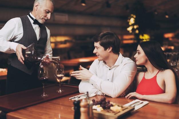 Joven pareja está descansando en el restaurante.