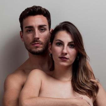 Joven pareja desnuda abrazando