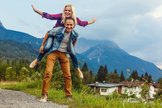Joven pareja disfrutando del paisaje natural